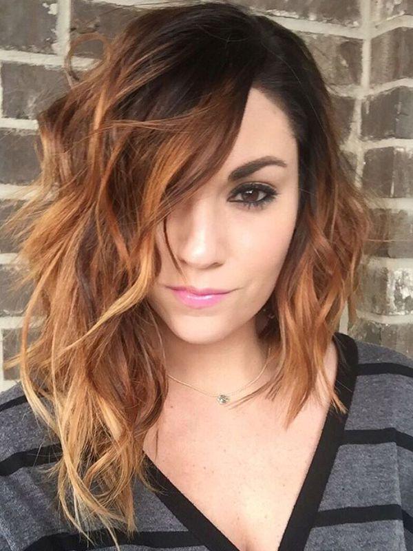 Corte de cabelo médio assimétrico